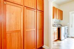 Tvättstuga med wood lagringsskåp. arkivbilder