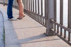 Två älska personer, trottoar, sommar Royaltyfria Bilder
