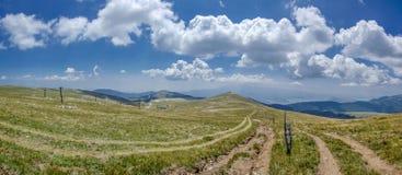 Två ändlösa bergvägar - Voras Kaimaktsalan Ski Center, Edessa Grekland Arkivfoton