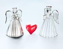 Två änglar med hjärtor Arkivbild