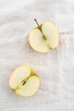 Två äpplehalvor arkivfoto