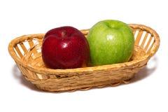 Två äpplen i en korg Royaltyfri Fotografi