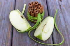 Två äppleskivor och kanelbruna pinnar Royaltyfri Fotografi