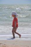 Två-år-gammal pojkekörning på stranden royaltyfri bild