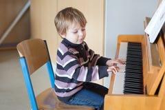 Två år leka piano för gammal litet barnpojke Royaltyfria Foton