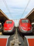 Två åtskilliga elektriska enheter av Frecciarossa HST i Roma Royaltyfria Foton