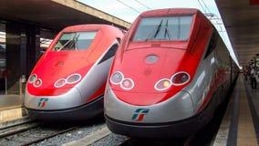 Två åtskilliga elektriska enheter av Frecciarossa HST i Roma Arkivfoton