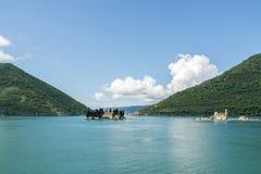 Två öar i fjärd av Kotor Montenegro Royaltyfri Foto