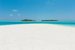 Två öar i havet, strand med vit sand och blått vatten royaltyfri bild