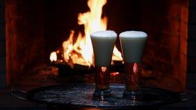 Två öl med flamman på bakgrund arkivfilmer