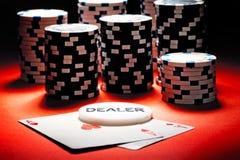 Två överdängare, förhandlaren och pokerchiper. Arkivbild