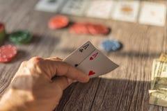 Två överdängare hand, tema för pokertexas håll fotografering för bildbyråer