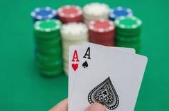 Två Ace av poker framme av chiper Arkivbild