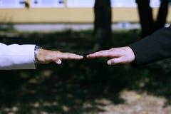 Två affärshänder i plan rak position arkivfoton