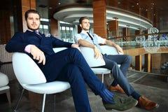 Två affärskollegor på mötet i modern kontorsinre royaltyfri bild