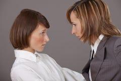 Två affärskvinnor i conflict Arkivbild
