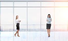Två affärskvinnor i ett tomt kontor Arkivfoton