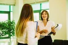 Två affärskvinnor i kontoret som diskuterar affärsplan arkivbild