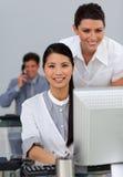 Två affärskvinnor på en dator Royaltyfri Foto