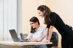 Två affärskvinnor som arbetar på kontoret Arkivbilder