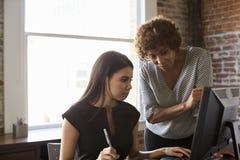 Två affärskvinnor som i regeringsställning arbetar på datoren arkivbilder
