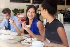 Två affärskvinnor som möter för lunch i coffee shop Arkivfoton