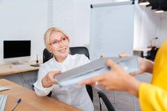 Två affärskvinnor som samarbetar i kontoret Arkivbild
