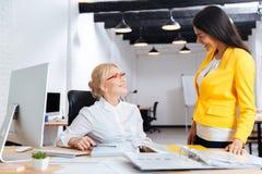 Två affärskvinnor som tillsammans arbetar i kontoret arkivfoton