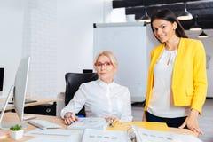 Två affärskvinnor som tillsammans arbetar på datoren på tabellen arkivbilder