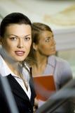 Två affärskvinnor tillsammans i ett kontor arkivbilder