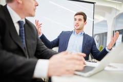 Två affärsmän i en dialog arkivfoton