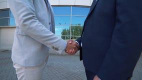 Två affärsmän möter för samtal arkivfilmer