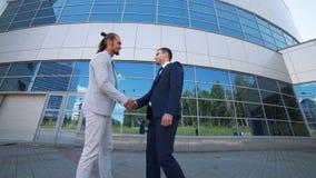 Två affärsmän möter för samtal stock video