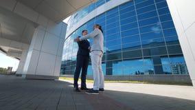 Två affärsmän möter för samtal lager videofilmer