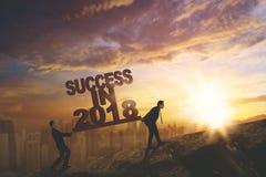 Två affärsmän med text av framgång i 2018 arkivfoto