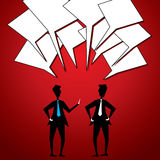 Två affärsmän meddelar Arkivfoton