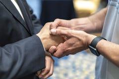 Två affärsmän skakar handen samman med uppskattar känsla royaltyfri fotografi