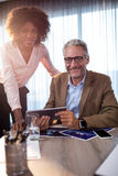 Två affärsmän som använder en minnestavladator Royaltyfri Bild