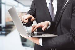 Två affärsmän som arbetar med bärbara datorn Royaltyfria Foton