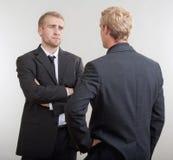Två affärsmän som diskuterar Royaltyfri Fotografi
