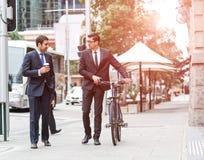 Två affärsmän som har, går royaltyfria foton