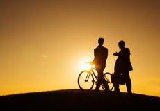 Två affärsmän som promenerar kullen royaltyfria foton