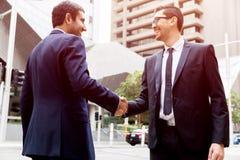 Två affärsmän som skakar deras händer royaltyfria foton