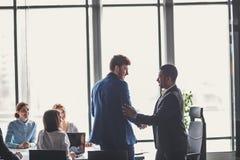 Två affärsmän som skakar händer i möte Stort avtalsbegrepp Fotografering för Bildbyråer
