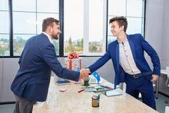 Två affärsmän som till varandra ger den varma välkomnandet, förtroende, teamwork, överenskommelse äganderätt för home tangent för Arkivfoto