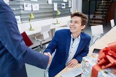 Två affärsmän som till varandra ger den varma välkomnandet, förtroende, teamwork, överenskommelse äganderätt för home tangent för Royaltyfri Bild