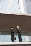Två affärsmän som upprör händer Arkivfoto