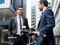 Två affärsmän som utomhus talar Arkivbild
