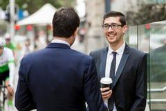 Två affärsmän som utomhus talar Royaltyfria Foton