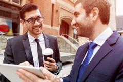 Två affärsmän som utomhus talar Royaltyfri Foto